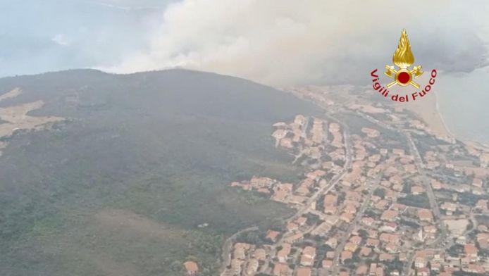 De bosbrand rond de stad Oristano.