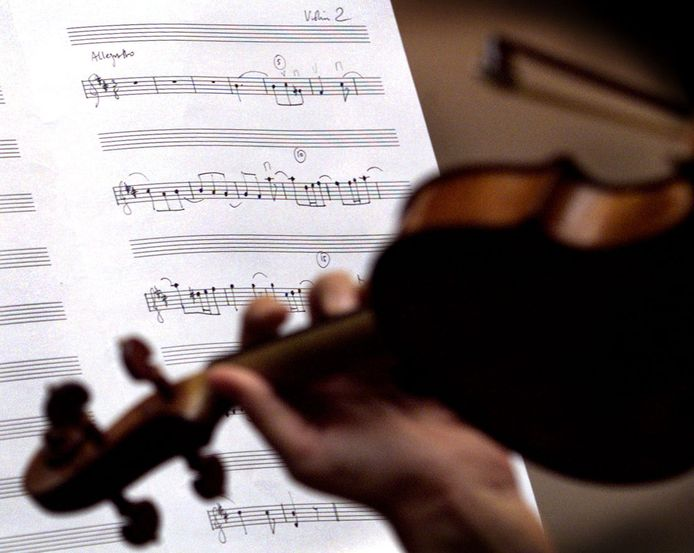 Een violiste speelt een stuk van Beethoven.