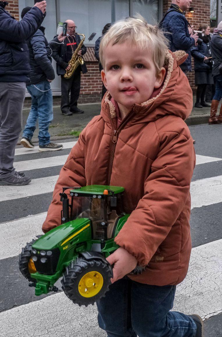 Deze jonge landbouwer trok met zijn 'tractor' tot bij de priester.