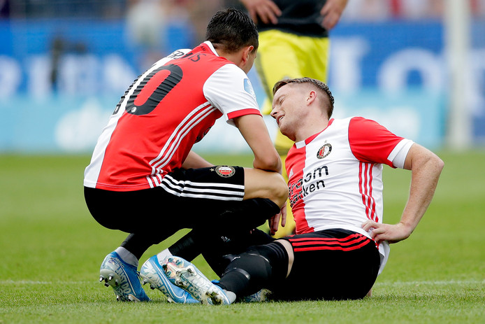 Sam Larsson nadat hij een knie in zijn rug heeft gekregen.