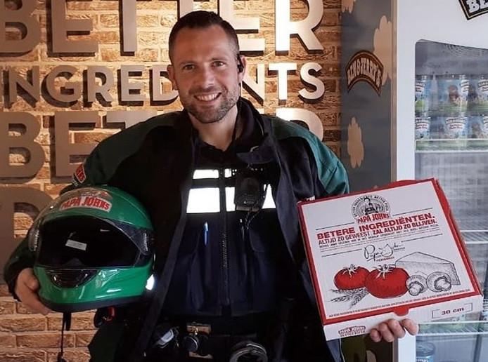 De Amersfoortse wijkagent Bart Sanders werd ingeschakeld om de pizza te bezorgen.