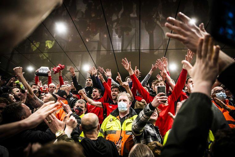 Supporters vieren samen met spelers van Go Ahead Eagles de promotie naar de eredivisie door de winst op Excelsior (1-0). Beeld ANP