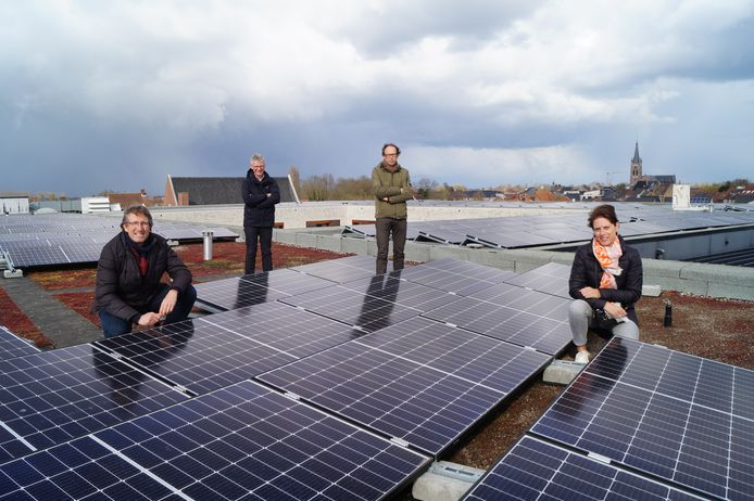 Schepenen Steven Bogaert en Ann Gunst samen met directeur Koen Ramboer en Kris Vandenbussche bij de zonnepanelen op het dak van het wzc