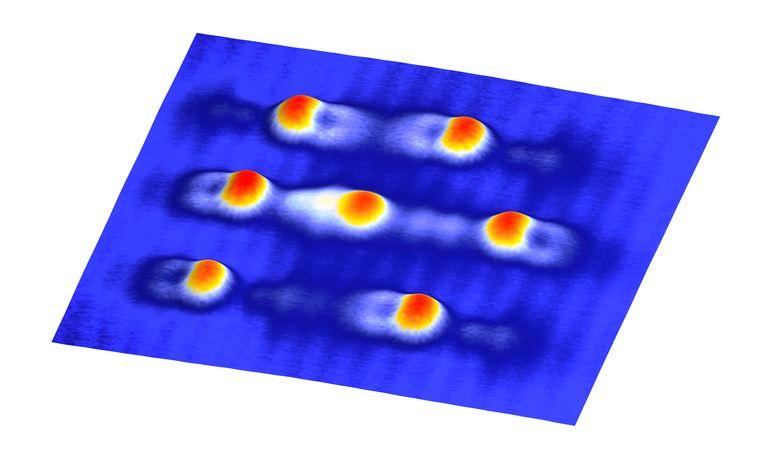 Verschillende toestanden van kobaltatomen op zwarte fosfor, zoals gemeten met een scanning microscoop.  Beeld Radboud Universiteit