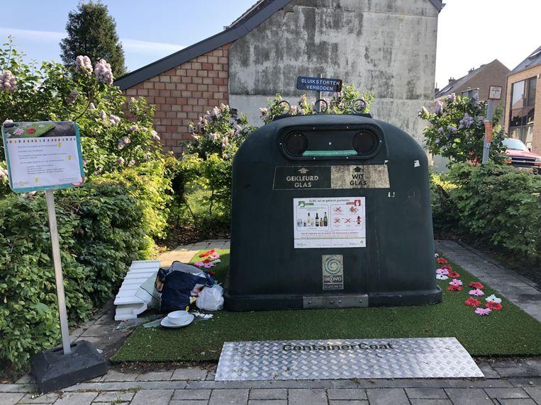Een week na de opening van het bloemenperkje naast de glasbol in de Chrysantenstraat hebben sluikstorters er al afval gedropt.