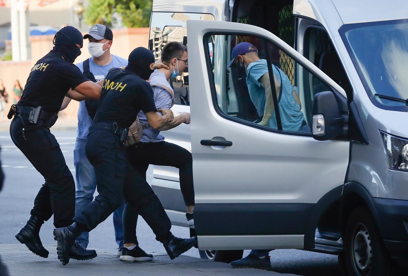 Arrestatie van een pro-oppositie-demonstrant, gisteren in Minsk.