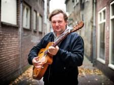 Tim Knol staat weer op straat voor Chuck Deely: 'Ik sta er alleen met mijn gitaar, dat is toch de charme'