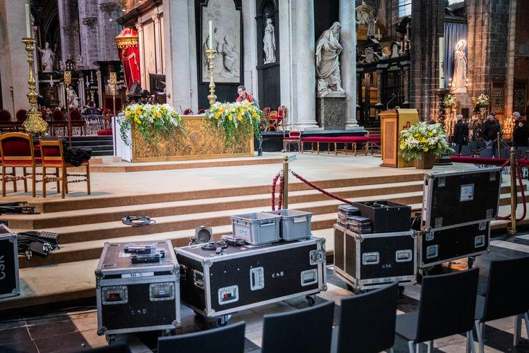 De kathedraal wordt in gereedheid gebracht voor de grote viering van zondag, met bloemen op het altaar en veel techniek.