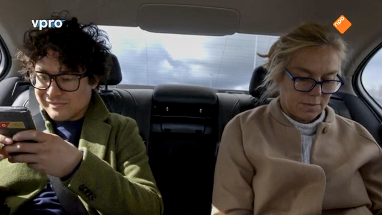 Sigrid Kaag en haar assistent in de auto. Het campagneteam van D66 en het ministerie van Buitenlandse Zaken vreesden een mediastorm omdat Kaag haar gordel niet om had. Beeld VPRO