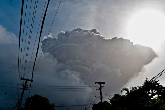 De vulkaanuitbarsting leidt tot een enorme rookwolk.