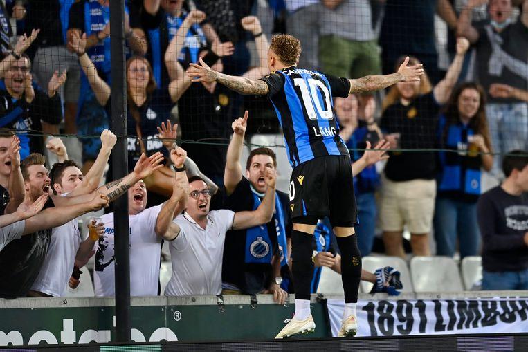 Noa Lang viert zijn doelpunt met de blauw-zwarte aanhang, zaterdagavond in het Jan Breydelstadion. Beeld Photo News