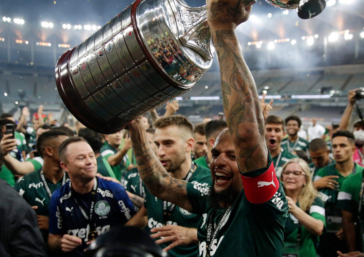 Palmeiras-captain Felipe Melo met de Copa Libertadores.