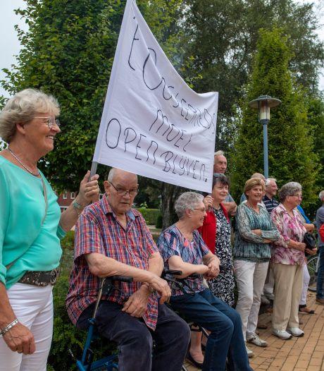 Ouderenprotest in Wierden tegen dreigende sluiting van 't Oosterhoes: 'Belachelijk en schandalig, waar moeten wij straks heen?'