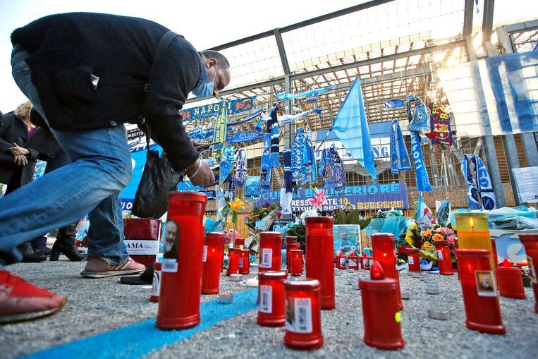 Een gedenkplek voor Maradona bij het San Paolo-stadion in Napels.  Beeld AP