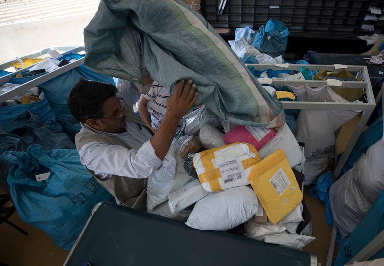 Een medewerker van het postkantoor in Jericho sorteert de post.