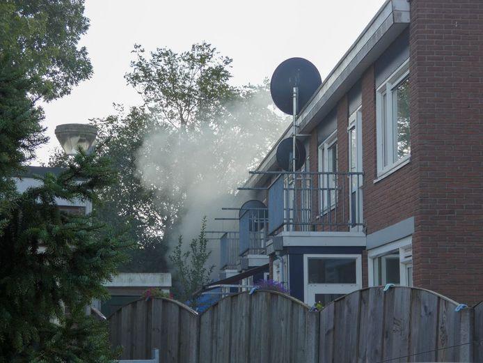 Rook bij een woningbrand in Enschede
