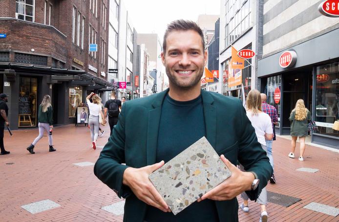 Rik Thijs met een nieuwe steen voor de Eindhovense binnenstad.