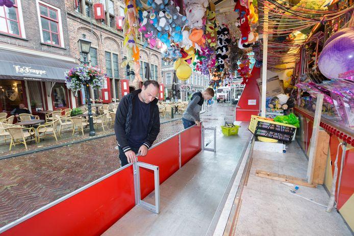 De opbouw van de kermis Doesburg in de regen in 2017. Met op de fot Harald Kulpe en zoon Boris Kulpe.