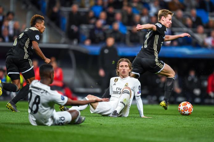 Frenkie de Jong geeft Vinícius Júnior en Luka Modric het nakijken.