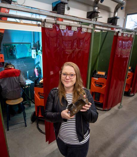 Camilla (24) is techniekdocente in Vroomshoop: 'Hoe de jongens dat vinden? Het blijven pubers'