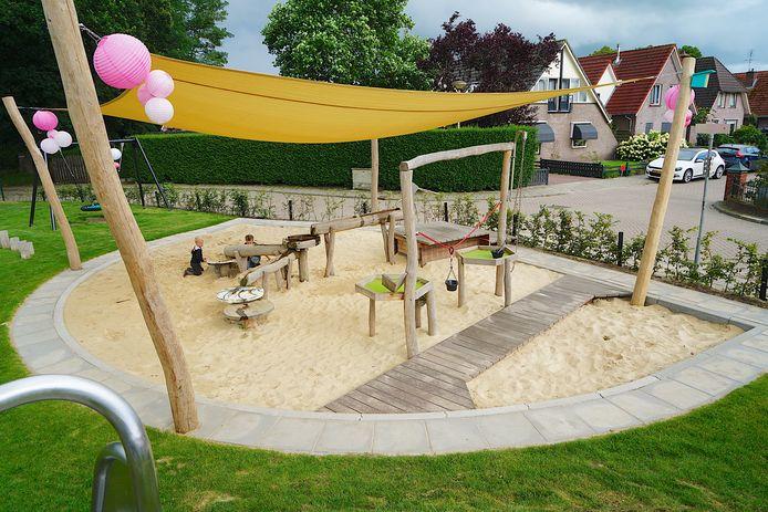 Kinderen hebben de vernieuwde speeltuin in Langeveen dankbaar in gebruik genomen