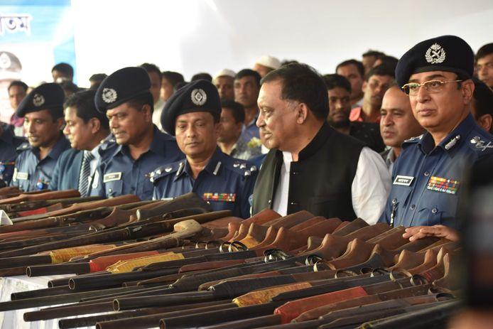 De 96 piraten leverden 155 zelfgemaakte vuurwapens, 300 jachtgeweren en machines voor het maken van wapens en munitie in.
