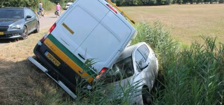 Twee auto's in de sloot in Markelo: bestuurder met spoed naar ziekenhuis