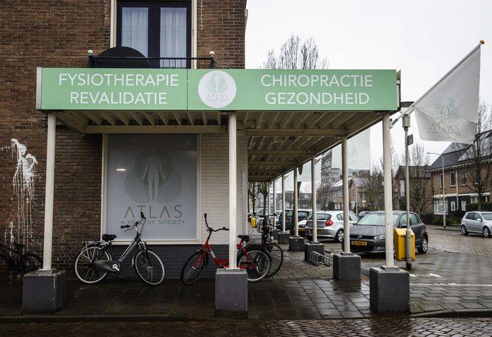 De praktijk waar een maand geleden een uitbraak was van de Zuid-Afrikaanse variant. Inmiddels is het gezondheidscentrum weer open, volgende week mogen ook de chiropractors weer aan het werk.