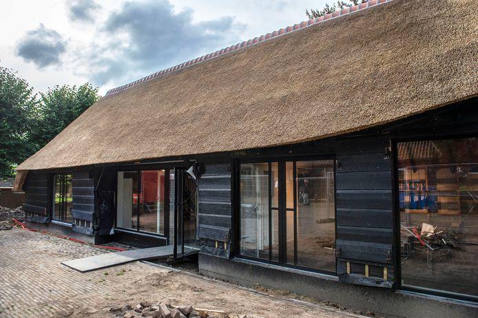 De restauratie van de karkooi, een schuur naast De Pekhoeve, nadert zijn voltooiing.