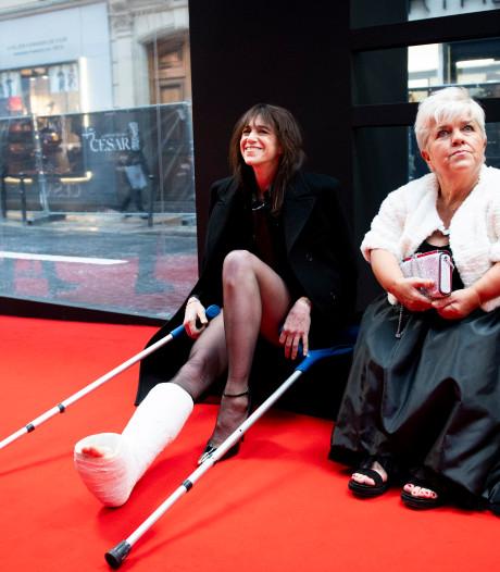 """Charlotte Gainsbourg plâtrée et Mimie Mathy ont tourné une scène de """"Dix pour cent"""" sur le tapis rouge des """"César"""""""