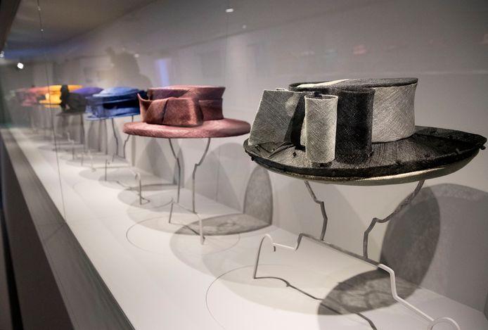 De hoeden van Beatrix, opgesteld in het museum.