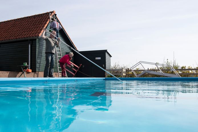 Bij zwembad De Berkel in Almen is men druk bezig met de laatste werkzaamheden om het bad zo snel mogelijk open te krijgen. Dit was in 2018, een foto ter illustratie