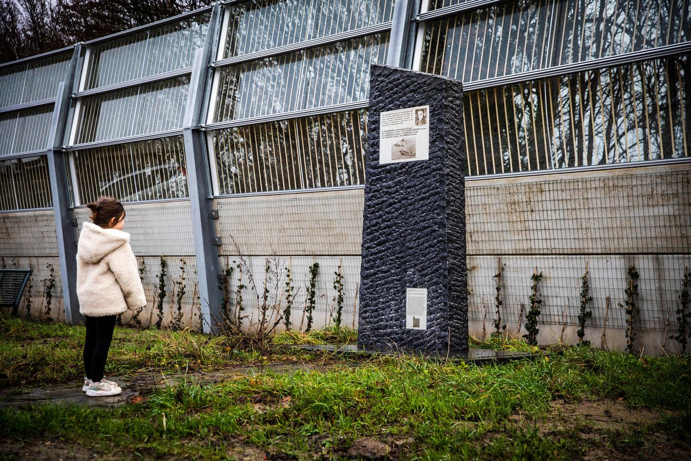 Het oorlogsmonument bij de Moerdijkbrug, na de plaatsing van het geluidsscherm.