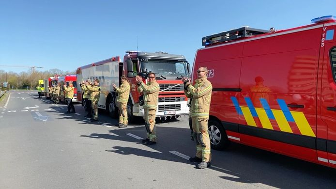 De brandweerlieden zetten de handen op elkaar voor de verplegers.