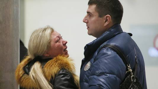 Familieleden van de passagiers wachten op het vliegveld in Sint Petersburg op nieuws