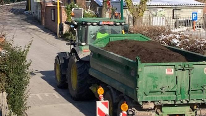 """Man verspert zoveelste zware tractor in zijn straat de weg: """"Zowaar blij dat ze me hiervoor in de boeien sloegen"""""""