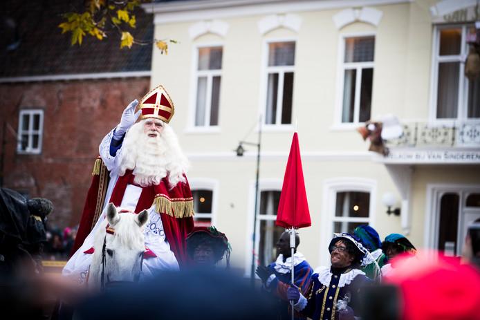 De nationale intocht van Sinterklaas - gespeeld door acteur Stefan de Walle - vond dit jaar plaats in Dokkum.