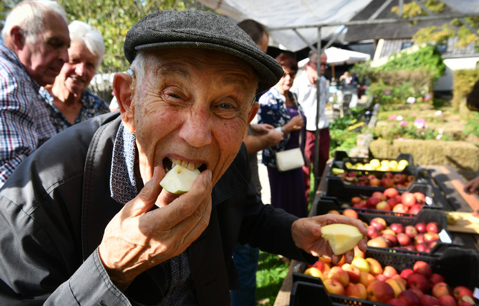 Rik Lugtmeijer (92) is helemaal uit Laag-Soeren gekomen om te proeven. Hij werkte als tropisch landbouwkundige over de hele wereld. ,,Nog steeds ben ik op zoek naar bijzondere rassen. Ik heb hier appels en peren gezien die misschien wel vijf verschillende namen hebben en ook in het buitenland voorkomen.''