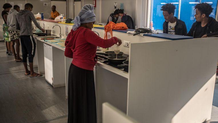 De gedeelde keuken in het schoolgebouw wordt vaak gebruikt om te koken voor groepen bewoners. Beeld Joris  van Gennip