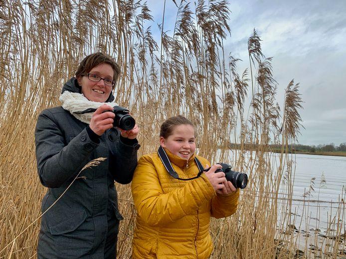 Esmee Bouter (11) en haar moeder Viona Burggraaf (40) halen een frisse neus aan de Lek bij Ameide en maken gelijk wat foto's.