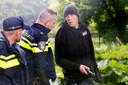Organisator Koops overlegt met twee agenten van de Utrechtse politie. Zij kwamen hem vertellen dat de demonstranten hun biezen moesten pakken.