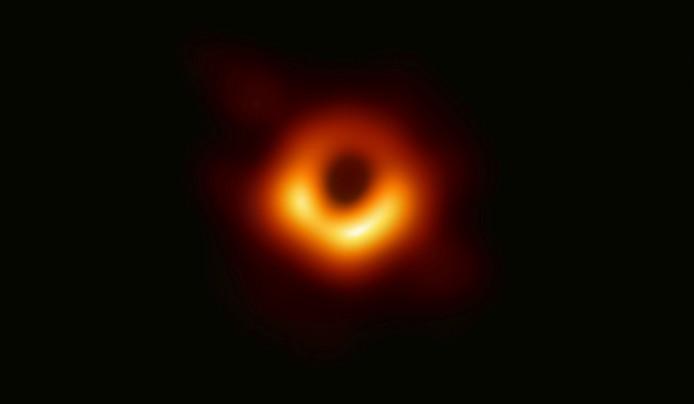 Le trou noir se situe à 55 millions d'années-lumière de la Terre, au centre de Messier 87, une galaxie massive dans la constellation de Virgo. Sa masse est 6,5 milliards de fois plus importante que celle du Soleil.