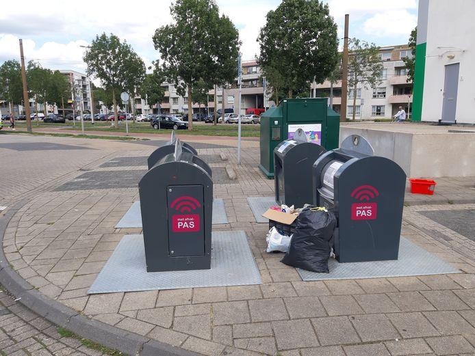 Ondergrondse straatcontainers vlakbij winkelcentrum Rijkerswoerd in Arnhem zijn vervuild met gedumpt afval.