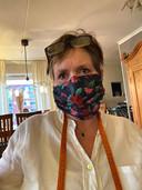 """Maria Haas uit Bergen op Zoom heeft dit hippe zomerse mondkapje gemaakt van een luchtig katoenstofje. """"Ik ben eigenlijk coupeuse, dan kriebelt het om er zelf eentje te maken. Van deze word ik vrolijk."""""""