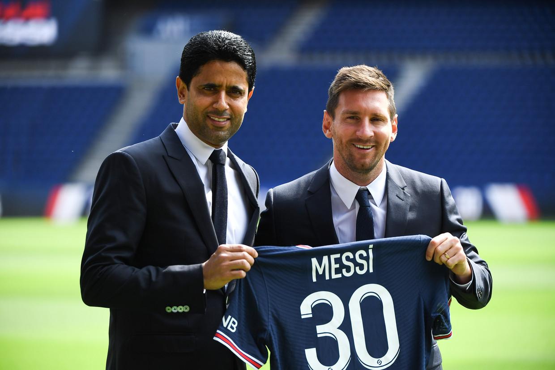 PSG-baas Nasser Al-Khelaïfi met de aankoop van de eeuw, Lionel Messi. Beeld Photo News