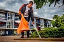 Juni 2018: Fractievoorzitter David Schalken van Beter Voor Dordt raapt afval op het Vogelplein in Dordrecht.