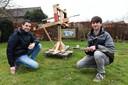 Boyd en Ludolf met hun scorpio. Foto Ed van Alem
