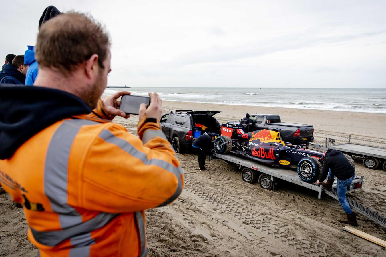 Foto ter illustratie. Een racewagen van Red Bull Racing eind januari op het strand van Scheveningen voor opnames van een promotiefilm voor de Formule 1 van Zandvoort.