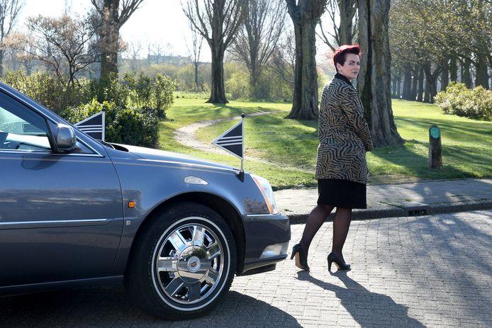 Shirley Jonker, die samen met Yvonne Jonker een uitvaartonderneming runt, loopt voor de rouwwagen uit. Normaal gesproken staan veel mensen de auto op te wachten. Nu is er vrijwel niemand.
