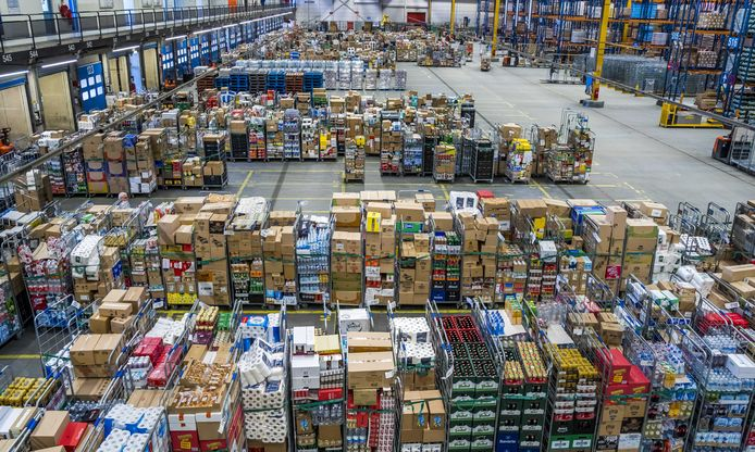 Een distributiecentrum van Albert Heijn draait op volle toeren. Er wordt hard gewerkt om de schappen in de supermarkten goed gevuld te houden. Consumenten slaan extra in wegens het coronavirus.